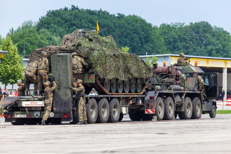 Det tyska medlet för bepansrat infanteri, Marder från Bundeswehr står på elefant för tung lastbil fotografering för bildbyråer