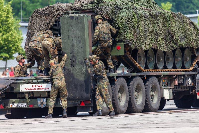 Det tyska medlet för bepansrat infanteri, Marder från Bundeswehr står på elefant för tung lastbil royaltyfria foton