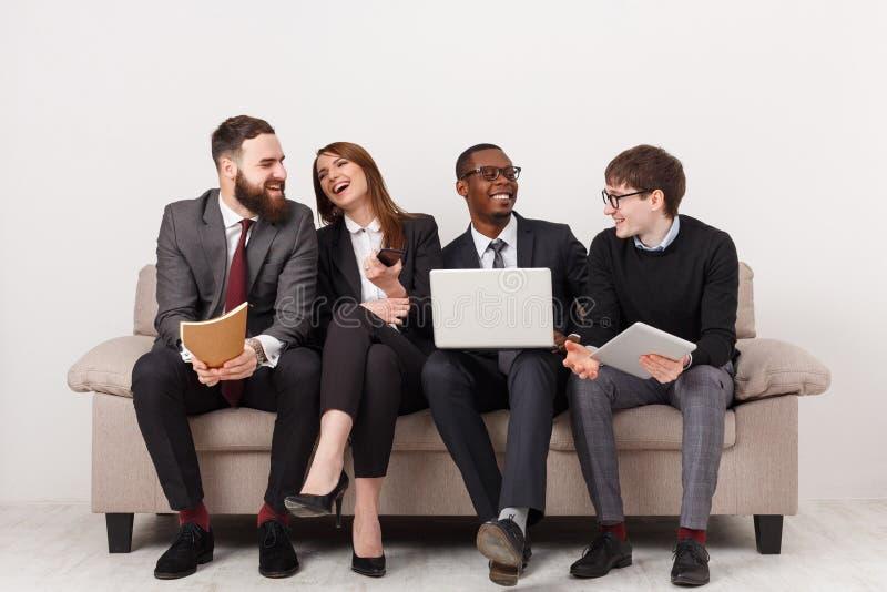 Det unga affärsfolket diskuterar marknadsföringsstrategi arkivfoton