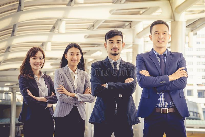 Det unga asiatiska affärslaget står med förtroende och stolthet royaltyfria foton