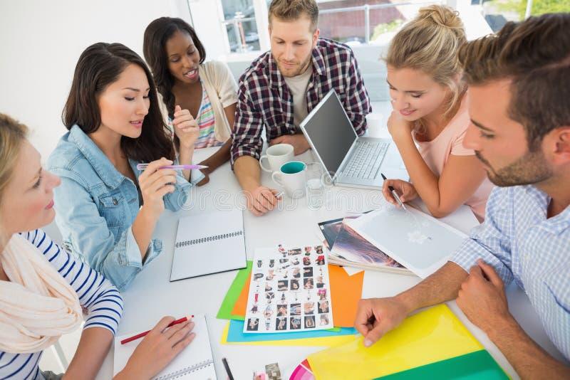 Det unga designlaget som går över kontakt, täcker på ett möte arkivbild