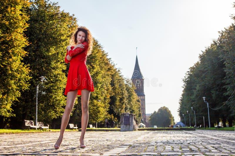 Det unga härliga kvinnaanseendet på gränden i parkerar royaltyfri fotografi