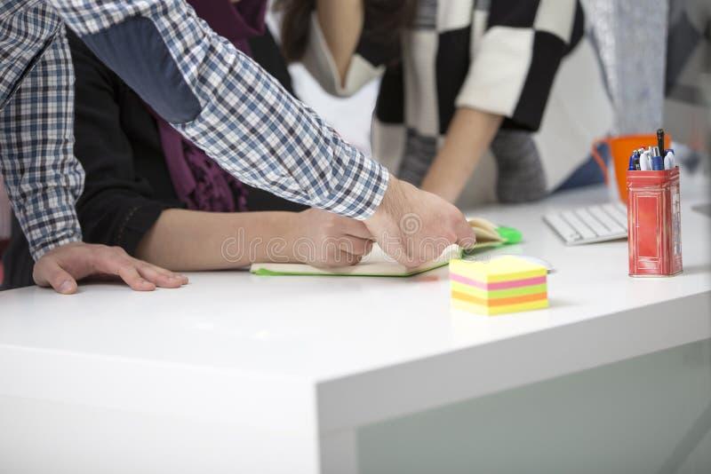 Det unga idérika startup affärsfolket på möte på modern kontorsdanande planerar och projekt arkivbild