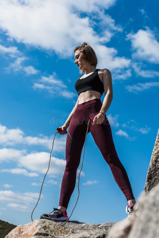 det unga sportive kvinnaanseendet vaggar på arkivbilder