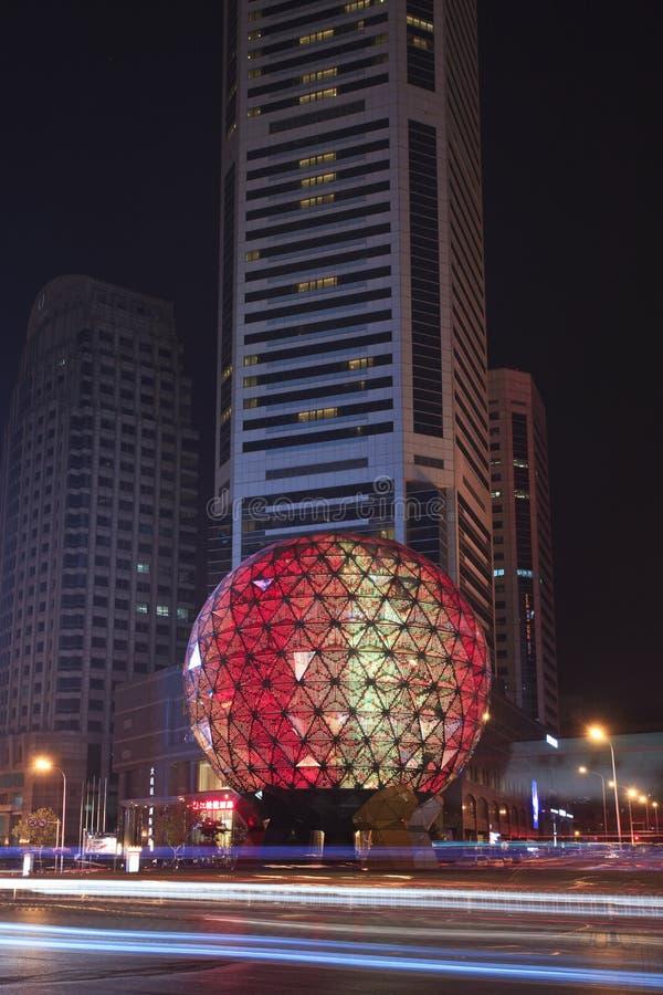 Det upplyst jordklotet, kamratskap kvadrerar, Dalian, Kina royaltyfri foto