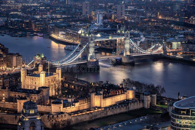 Det upplysta tornet och tornbron av London vid natt arkivfoton