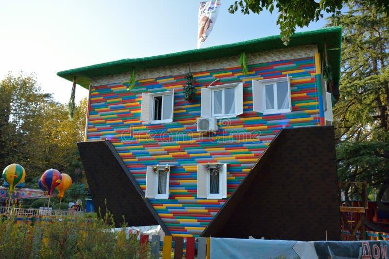 Det uppochnervända huset i Riviera parkerar, Sochi royaltyfri fotografi