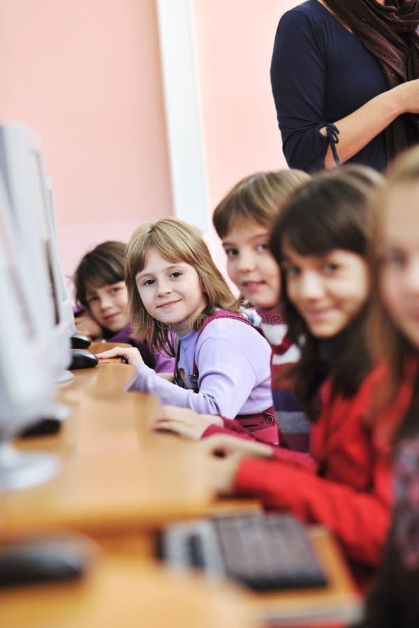 Det utbildning med barn i skola royaltyfria bilder