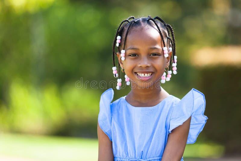 Det utomhus- slutet upp ståenden av gulligt barn svärtar flickan - afrikan p arkivbilder