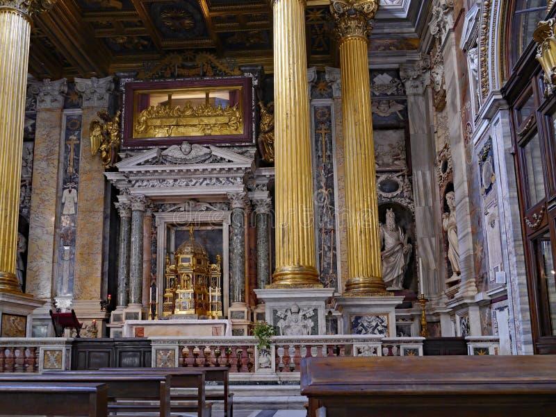 Det utsmyckade förgyllda altaret av domkyrkan av St John Lateran royaltyfria foton