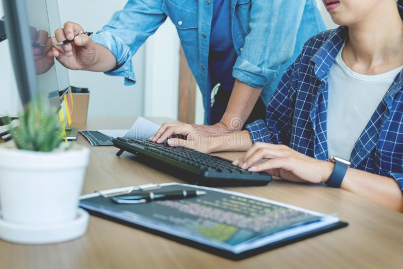 DET utveckling f?r kontorsprogrammerareprogramvara som kodifierar teknologier p? datorarbete i ett f?retagskontor arkivfoto
