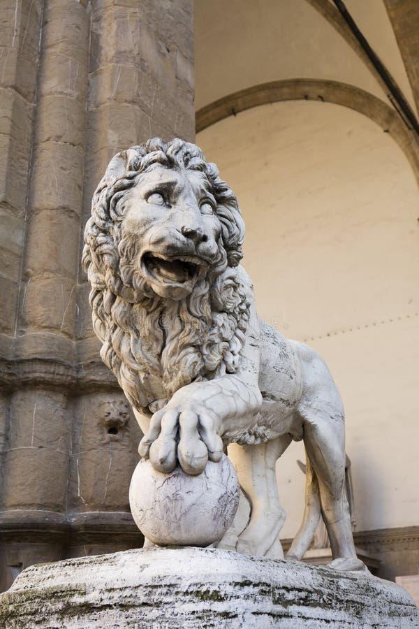 Det Vacca Medici lejonet utanför loggiadeien Lanzi i den Piazzo dellaen Signoria i Florence, Italien, 22nd Maj 2016 royaltyfria bilder