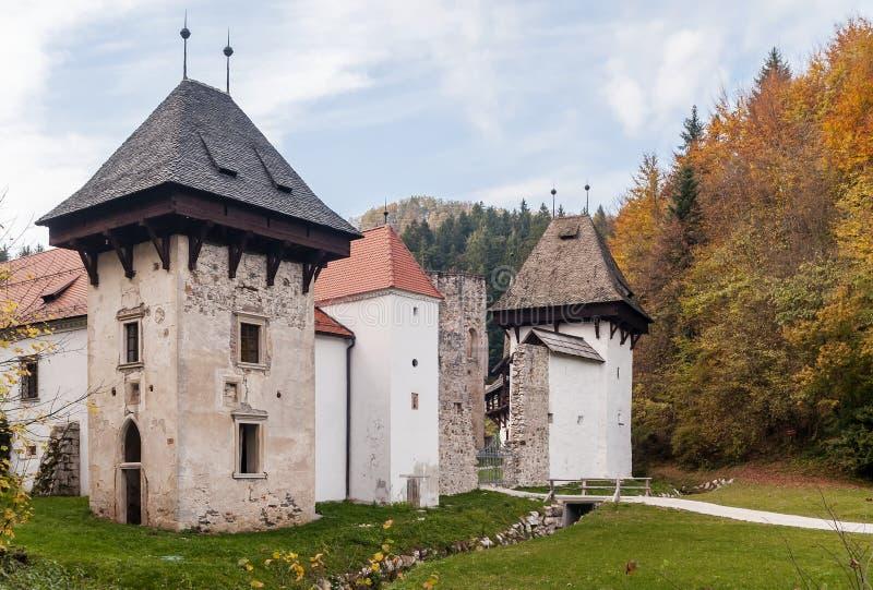 Det vackra Žiče Charterhouse, ett tidigare karthusianskt kloster, i kommunen Slovenske Konjice, Slovenien, under hösten arkivfoto