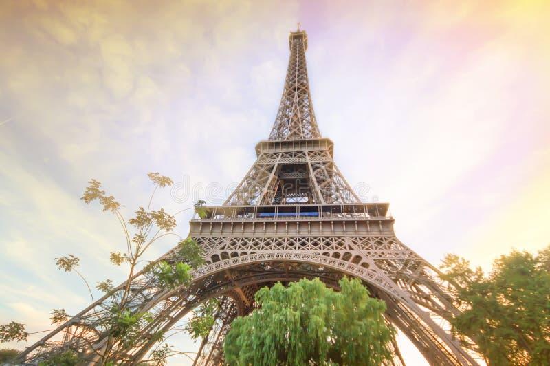 Det vackra landskapet Eiffel-tornet i sommaren Paris, Frankrike under solsken, Eiffel Tower den mest romantiska turistattraktione fotografering för bildbyråer