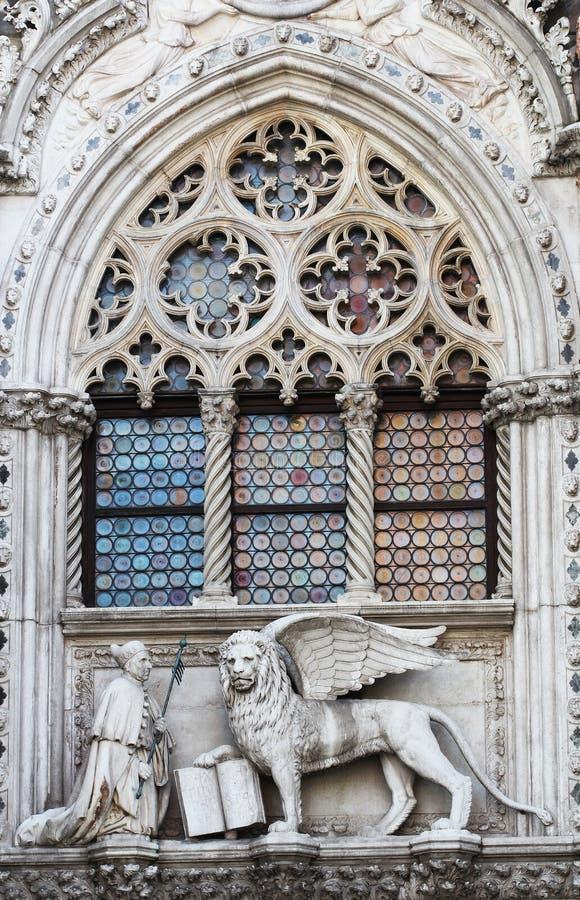 Det Venetian lejonet och dogen på en domkyrkabyggnad på San Marco kvadrerar i Venedig, Italien Symbol för Venedig ` s det bevinga royaltyfri bild