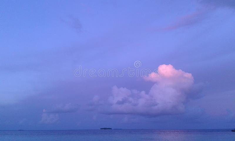 Det verkliga blåa havet med himmel gillar den arkivbilder