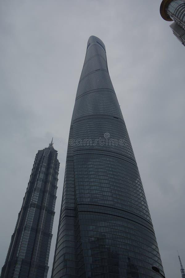 Det vertikala skottet för den låga vinkeln av exponeringsglas gjorde skyskrapan på en molnig dag arkivbilder