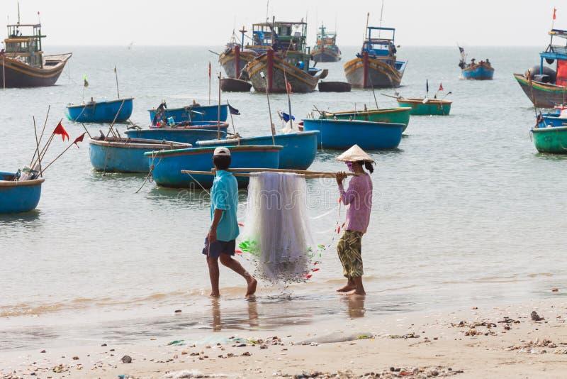 Det vietnamesiska fiskareparet med förtjänar arkivbilder