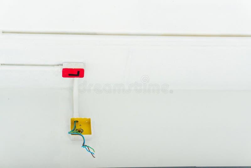 Det vita elektriska PVC-r?ret i r?tt och svart f?rbinds till kraftledningar eller elektriska tr?dar, EthernetUTP kablar, internet arkivbild