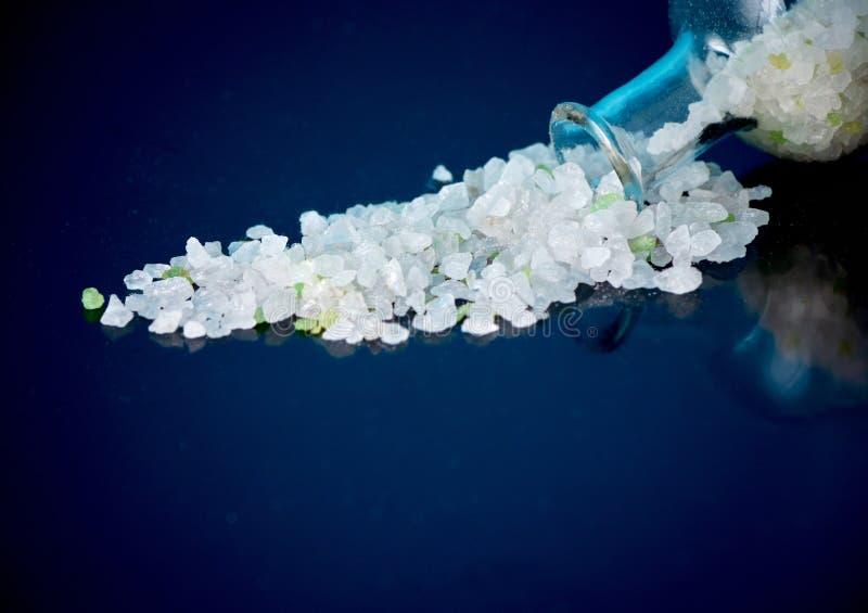 Det vita havet saltar hälls från en glasflaska arkivfoto