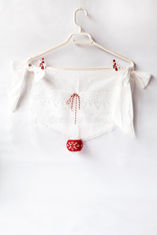 Det vita kökförklädet med snör åt och röd julgarnering Feriebakgrundsbegrepp av jul och det nya året royaltyfri bild