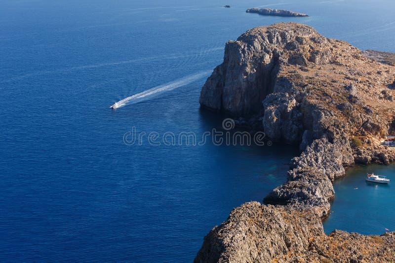 Det vita motorfartyget går på det blåa havet arkivbild