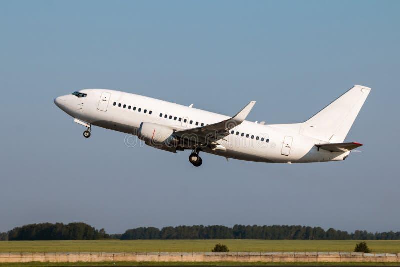 Det vita passagerareflygplanet tar av royaltyfria bilder