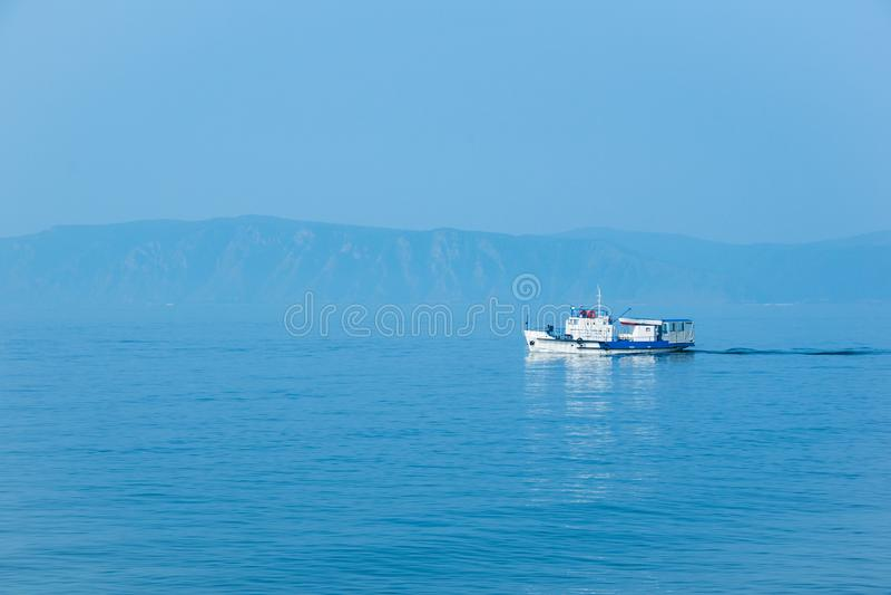Det vita skeppet seglar på Lake Baikal royaltyfri fotografi