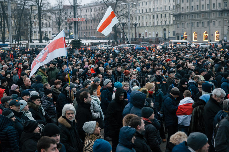 Det vitryska folket deltar i protesten mot dekretet 3 i Minsk royaltyfri foto