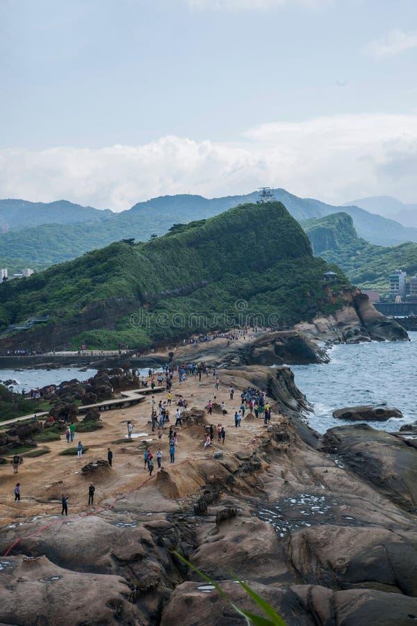 Det Wanli området, den nya Taipei staden, Taiwan Yehliu Geopark den enkelsidiga kullen som förbiser det panorama- landskapet, vag royaltyfria bilder