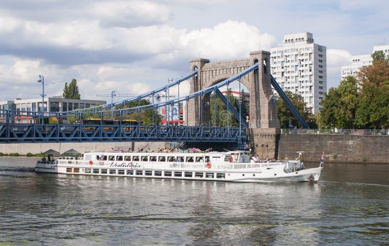 Det Wratislavia skeppet, fartyget som svävar restaurangen är det, 53 meter långt, och på dess tre rymliga däck kan det hysa peopl royaltyfria foton