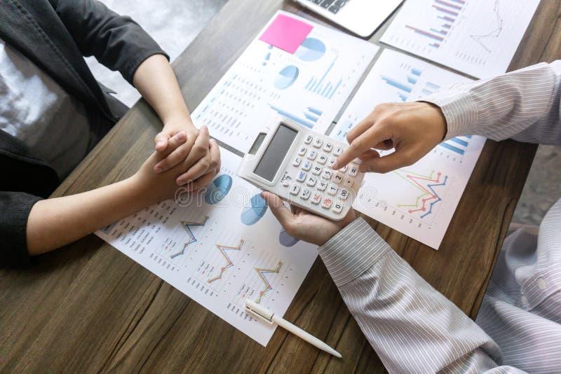 Det yrkesmässiga affärskollegalaget som arbetar och analyserar med det nya projektet, idépresentation och mötestrategi, planerar  arkivbilder