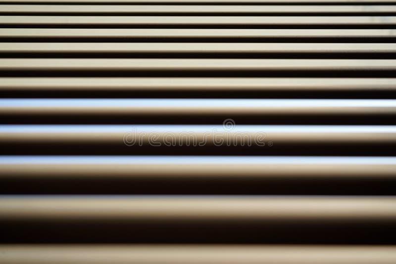 Detail über Linien von metallischen Jalousien, etwas Licht reflektiert sich an, der sichtbare Staub, abstrakter geometrischer Hin lizenzfreie stockfotos