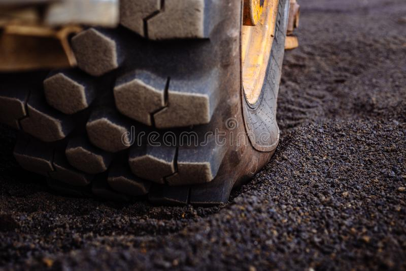 Detail über Reifenbahnmuster auf einem gelben Hochleistungsbaggerbagger lizenzfreie stockbilder
