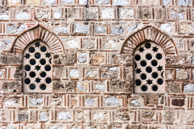 Detail alten Steinfensters zwei und der Fassade auf Moschee stockbild