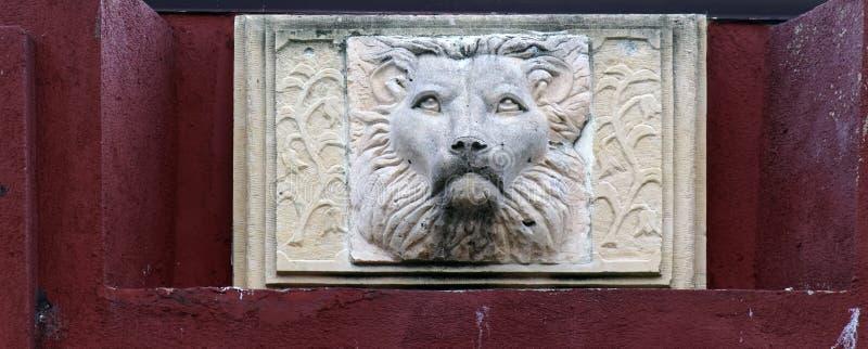Detail aus einer Fassade eines historischen Gebäudes mit Löwenkopf lizenzfreie stockfotos