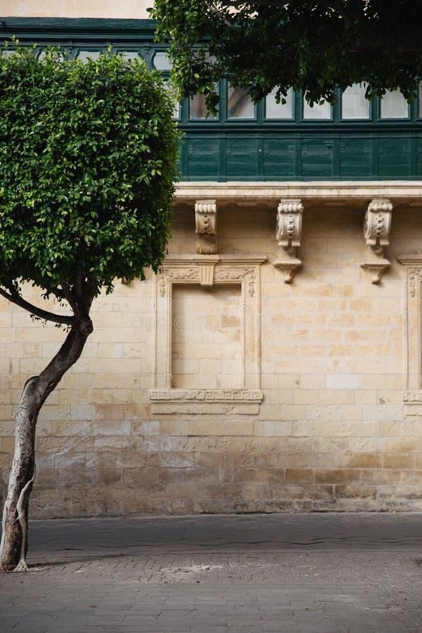 Detail dat van het metselwerk en het balkon in Piazza Regina, Malta wordt geschoten stock afbeelding