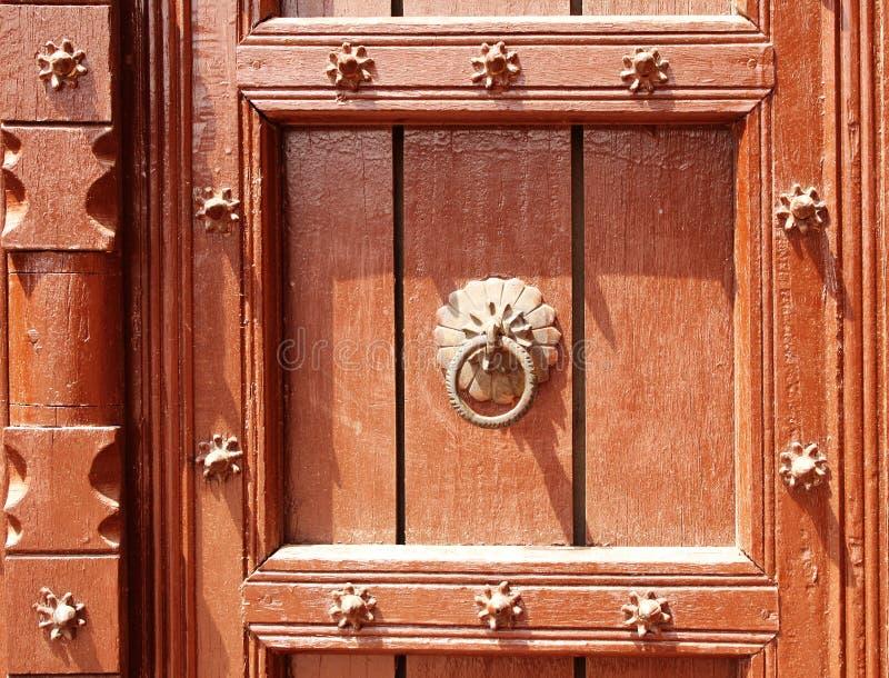Detail der alten Holztür mit metallischen Nieten, Taj Mahal, I stockfotografie