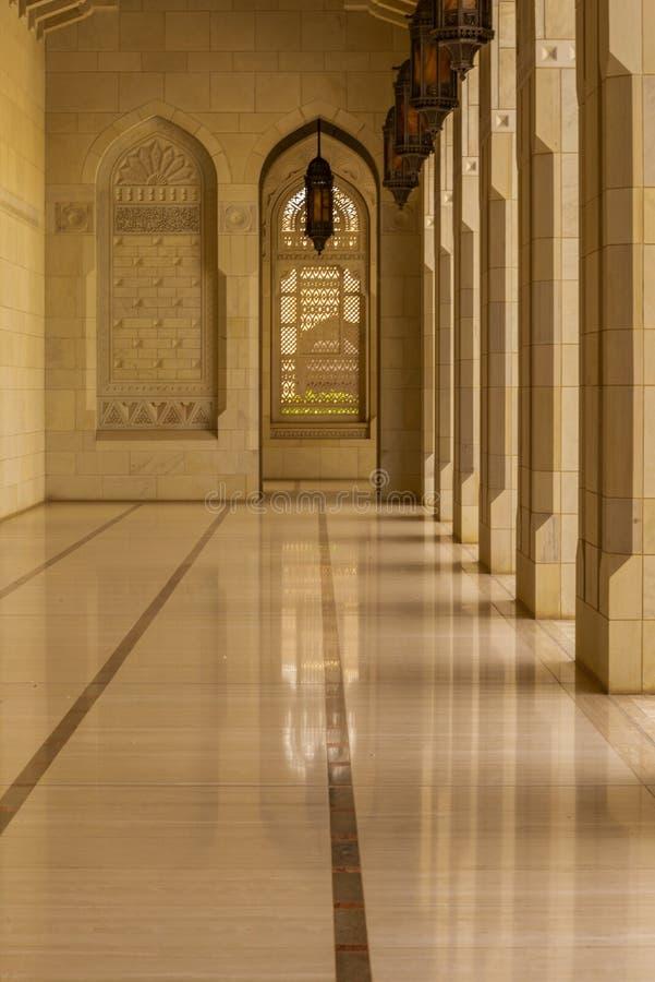 Detail der architektonischen Gestaltung der großartigen Moschee Muscats - 1 stockbild