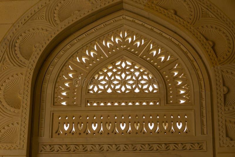 Detail der architektonischen Gestaltung der großartigen Moschee Muscats - 1 stockfoto