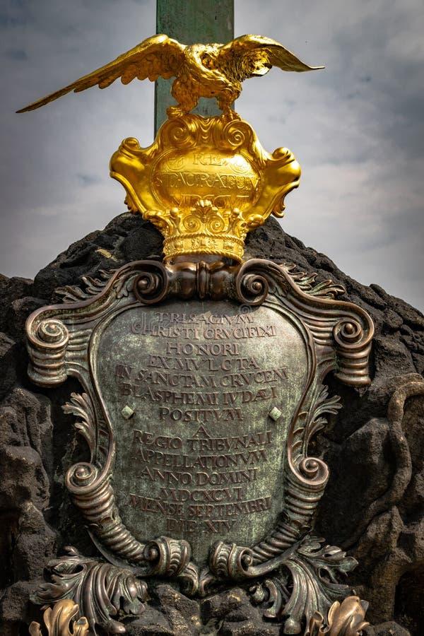 Detail der Basis der Kreuzigungsstatue von Christus auf Charles-Brücke, Prag, Tschechische Republik stockfotografie