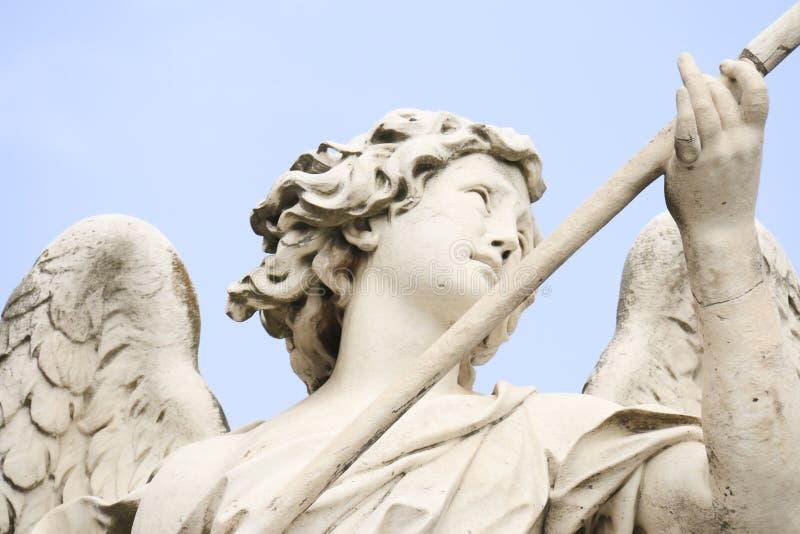 Detail der Bernini-Statue des Engels mit der Lanze auf der Brücke Sant 'Angelo in Rom stockfotografie