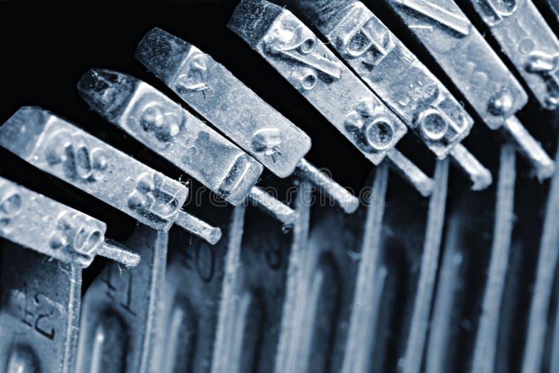 Detail der einzelnen Hämmer mit graviertem Text und Maschinenschriftsatz innerhalb der mechanischen Schreibmaschine der Weinlese lizenzfreie stockbilder