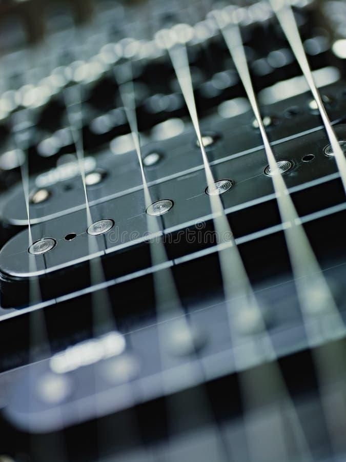 Detail der elektrischen Gitarre, der Aufnahmen und der Netzkabel stockfotos