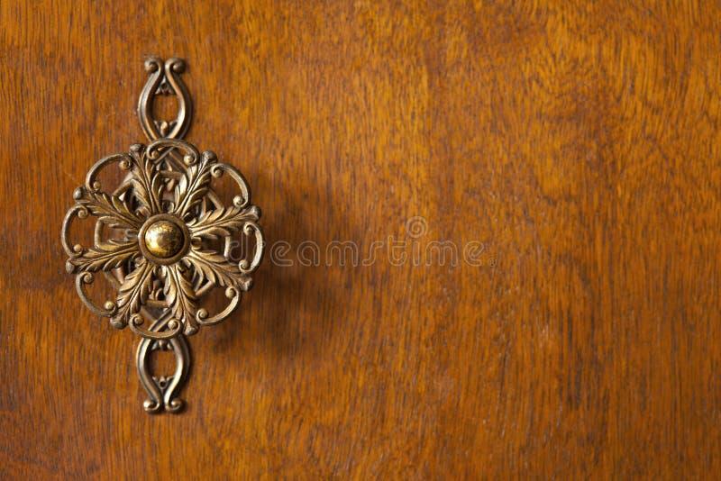 Detail der Garderobentür mit dekorativem Griff lizenzfreies stockbild