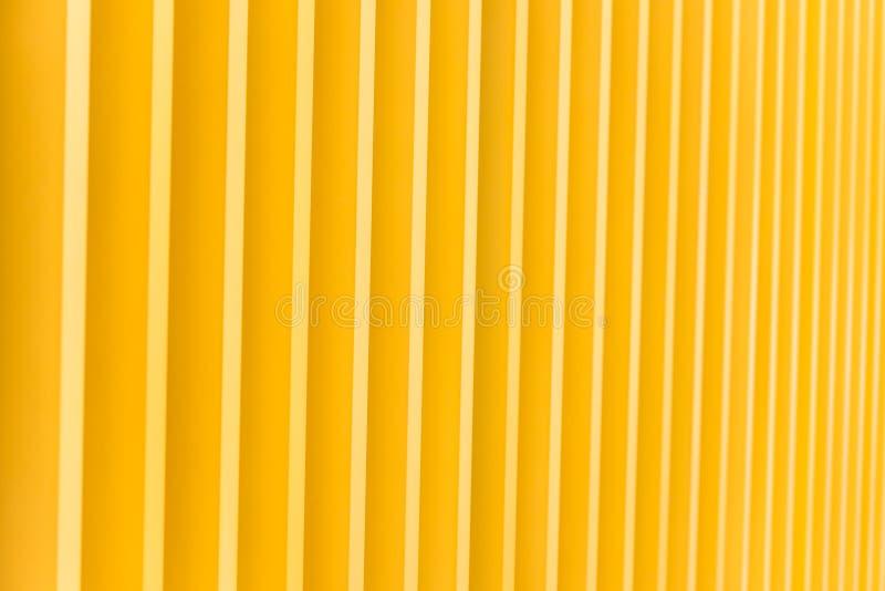 Detail der gelbes Metallgebäudefassade stockbild