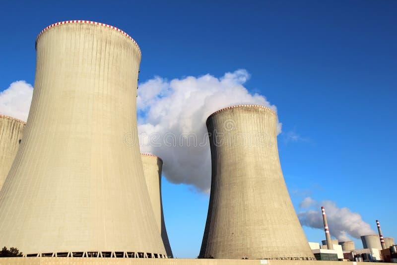 Detail der Kühltürme des Atomkraftwerks stockfotografie