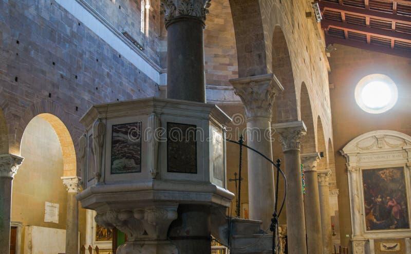 Detail der Kanzel in einem Kircheninnenraum lizenzfreie stockfotografie