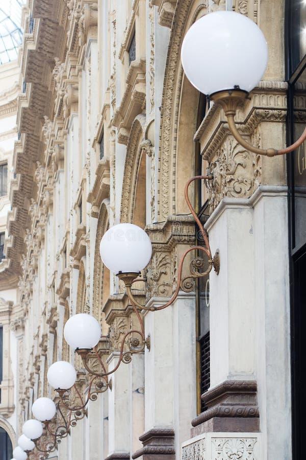 Detail der klassischen weißen runden Stadt der Reihe beleuchtet lizenzfreie stockfotos
