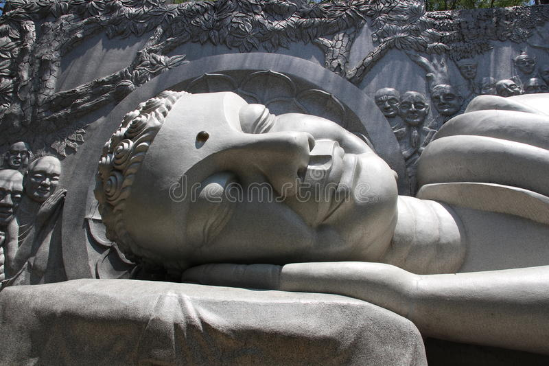 Detail der lächelnden stützenden Buddha-Statue an der langen Sohn-Pagode, Nha Trang, Vietnam lizenzfreie stockfotografie